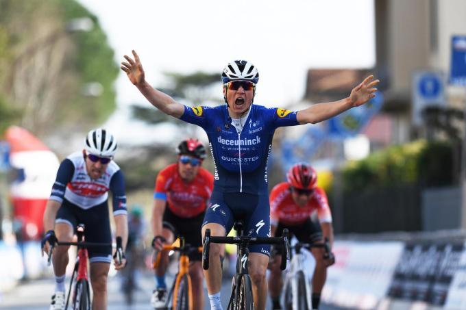 """Mauri Vansevenant won zondag een Italiaanse semiklassieker. Ontwaren we daar een hartje? """"Geen commentaar"""", lacht hij. (foto Getty Images)©Tim de Waele Getty Images"""