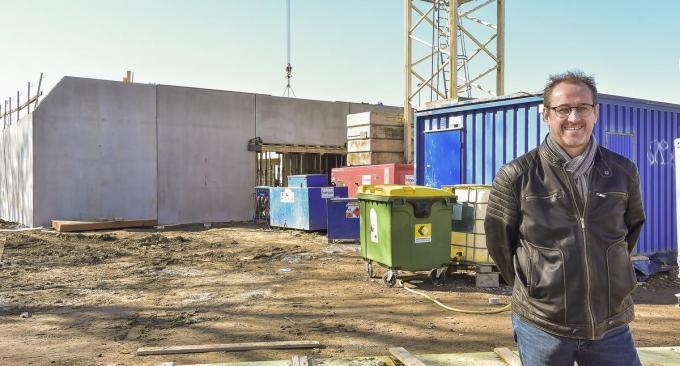 Burgemeester Youro Casier op de werf waar het nieuwe gemeenschapscentrum komt.© (Foto LVW)