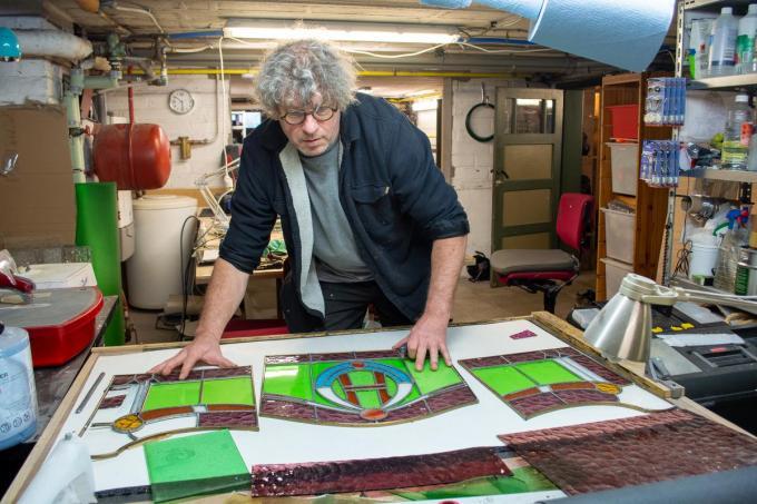 Glazenier Brecht Surmont aan het werk in zijn atelier.© (Foto JF)