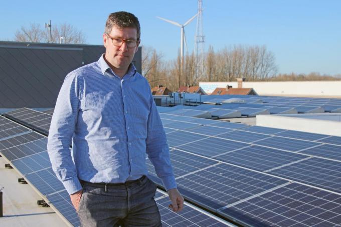 Schepen Raf Deprez, hier bij de zonnepanelen op het Gemeentepunt, is blij dat er ook op wzc Sint-Amand dergelijke panelen zullen geplaatst worden.© (Foto GJZ)