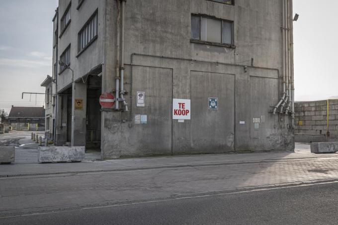 Sinds kort hangt er een groot bord te koop aan de toren van Inter-Beton. Er zijn al een aantal biedingen geweest, maar de site is voorlopig nog niet verkocht. (foto SB)©STEFAAN BEEL Stefaan Beel