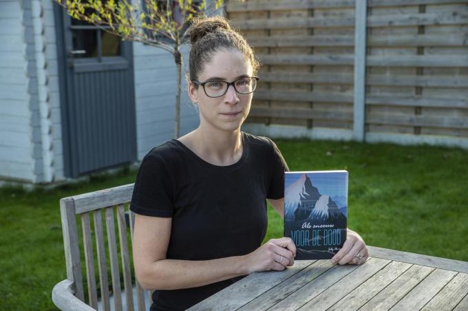 Jilly Olivier met haar tweede thriller 'Als sneeuw voor de dood'.©STEFAAN BEEL Stefaan Beel