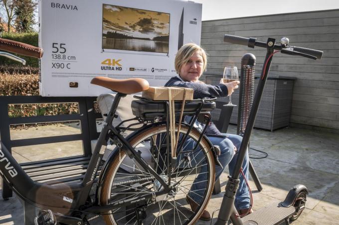 Isabel Vandeputte verscholen tussen haar vele prijzen. Het deelnemen aan wedstrijden is bijna een halftijdse bezigheid geworden. (foto SB)©STEFAAN BEEL Stefaan Beel