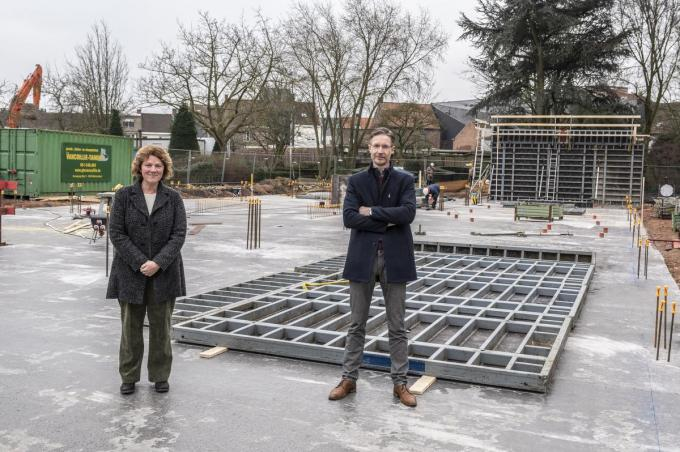 De betonplaats van de nieuwbouw is al gegoten. Els Degraeve (adjunct-directeur) en Bart Vandenberghe (directeur) mochten vrijdag mee de eerste steen plaatsen. (foto SB)© Stefaan Beel
