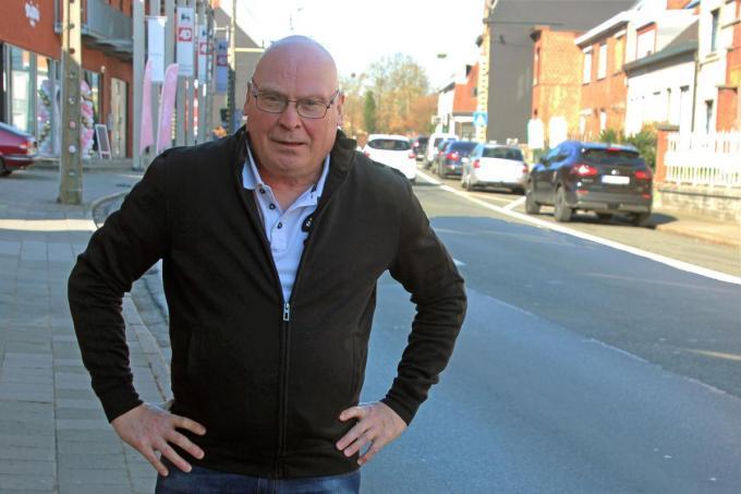 Zwevegemnaar Franky De Fraeye is niet akkoord is met het verdwijnen van de parkeerplaatsen in de Kortrijkstraat.© (Foto GJZ)