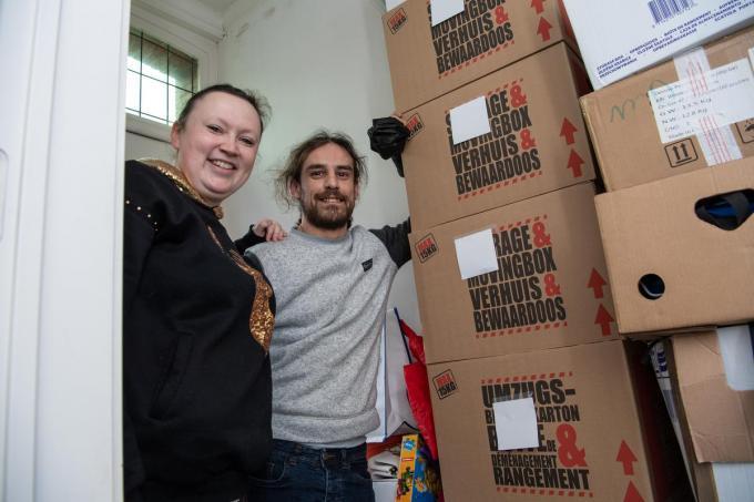 Isabelle Folens en Rocky Adyns bij de dozen die quasi de volledige gang van hun woning innemen.© Frank Meurisse