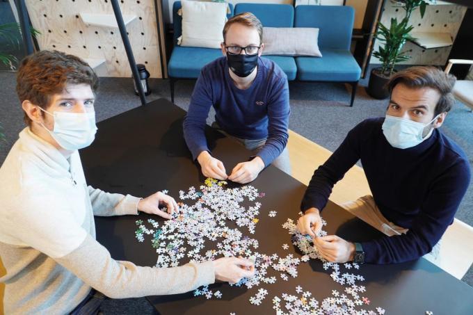 """Lars Dombrecht, designer van de puzzel, met Niels Desot en Dimitri Devroe van Puzzle in a Bag: """"Creativiteit en een goed product zijn belangrijk, maar uiteindelijk moet je het gewoon durven doen.""""© gf"""