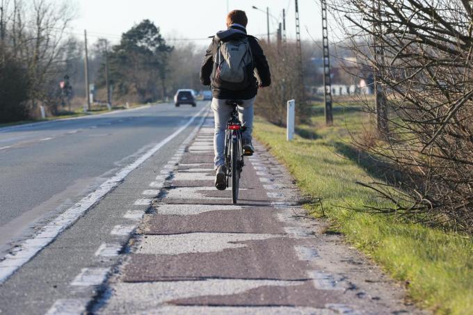 Het fietspad langs de N35 is dringend aan vernieuwing toe.© MG