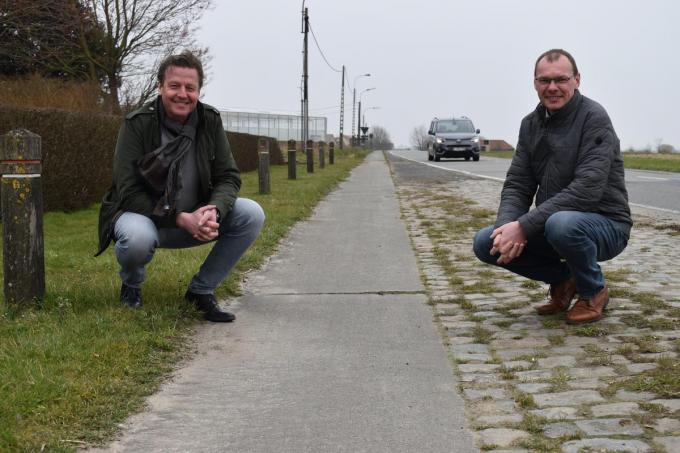 We zien schepen Peter Vantomme (links) en burgemeester Lieven Vanbelleghem van Langemark-Poelkapelle bij het fietspad in de Zonnebekestraat.© TOGH