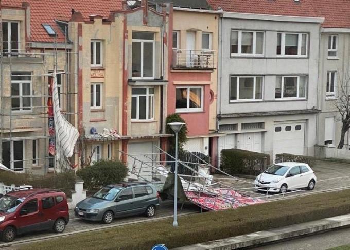 In de Distellaan in Oostende viel een stelling omver.© (Foto JRO)