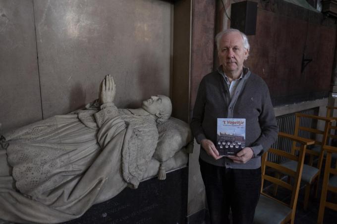 Auteur Ludo Dumon in de kapel bij het praalgraf van Bruno Van Merris, de stichter van het klooster.© MD