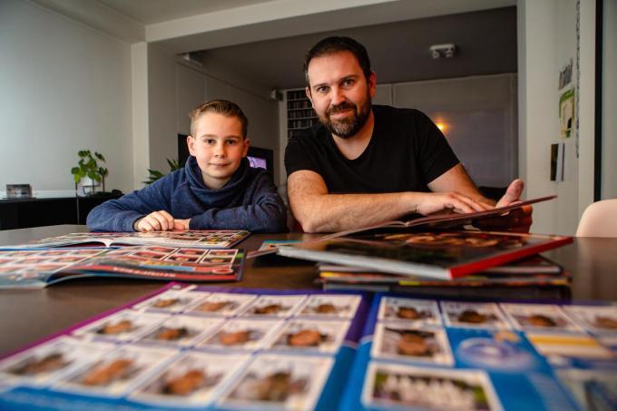 Rik Pyson en zoon Liam doen niets liever dan samen voetbalstickers verzamelen en inplakken.© Davy Coghe