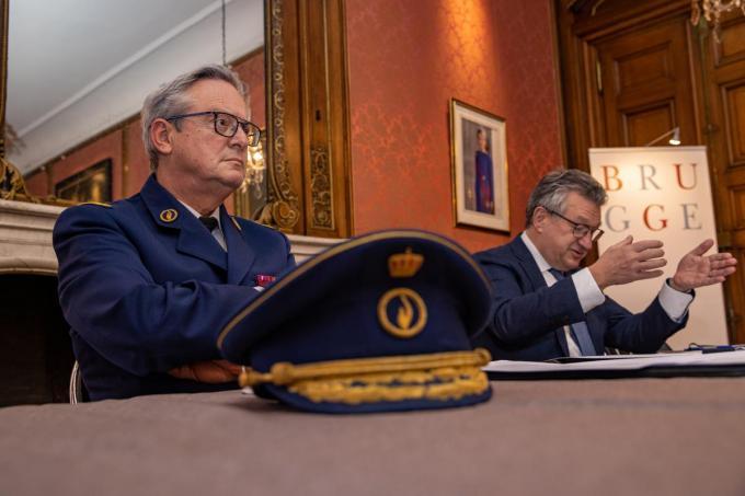 Korpschef Dirk Van Nuffel met burgemeester Dirk De Fauw.©KURT DESPLENTER BELGA