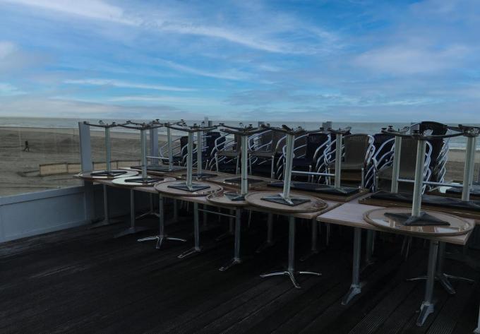 De terrassen blijven tot nader opeengestapeld staan in afwachting van groen licht.© PM