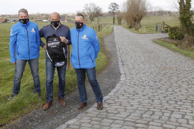 Bestuursleden Rik Goethals en Peter Brackez van KVC Ichtegem-Sportief flankeren sponsor Kristiaan Coppens.©GINO COGHE Foto Coghe