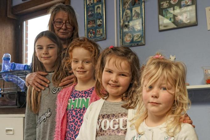 Mireille Sys met enkele van de kinderen. (foto CL)