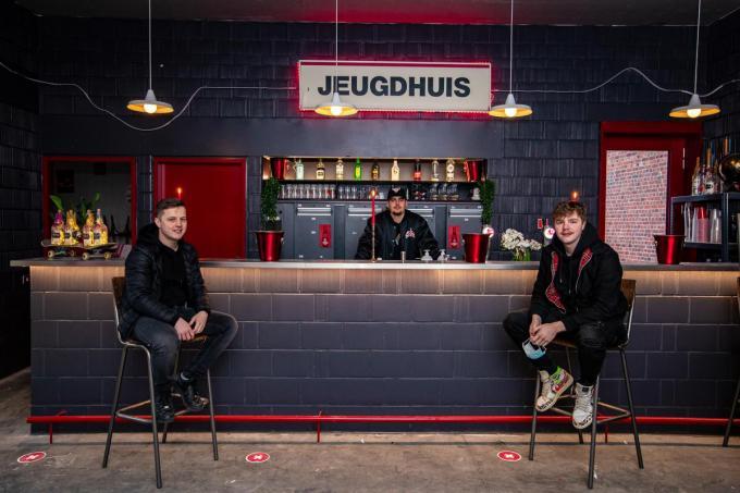 Lennert Dehullu, Milan Moerman en Jarno Pollet in het vernieuwde jeugdhuis. Op de toog komt een verrassing. (foto Kurt)©Kurt Desplenter Foto Kurt