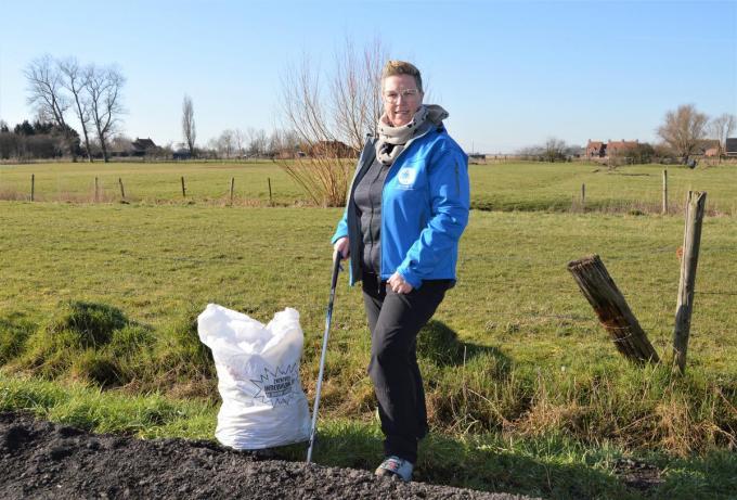 Chantal Van Wulpen tijdens de dagelijkse opruimwandeling in haar buurt.