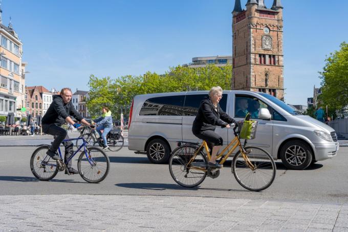 We fietsen almaar vaker naar het werk. Eén op de zes West-Vlamingen springt altijd op zijn of haar fiets voor het woon-werkverkeer.© KDS