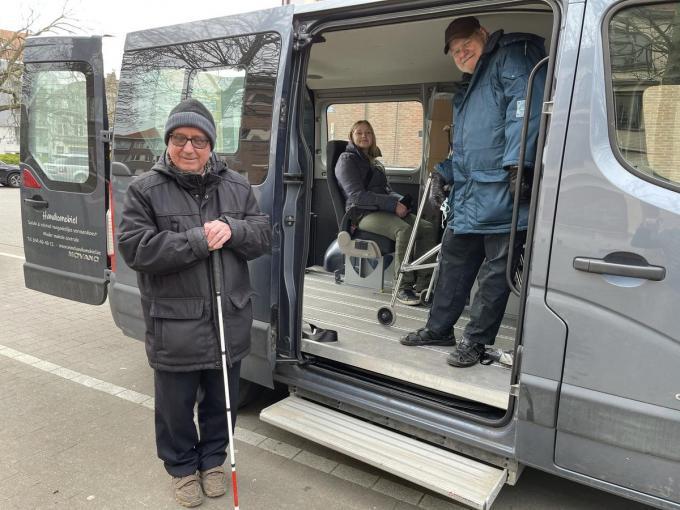 Koenraad (links) kan rekenen op de vrijwillige hulp van Ludo. Anke is blij dat ze een beroep kan doen op de Handiomobiel.© JRO