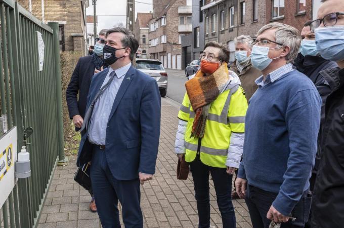 Burgemeester Kris Declercq kwam ter plaatse om samen met directeur Koen Germonprez de schade op te meten.© Stefaan Beel
