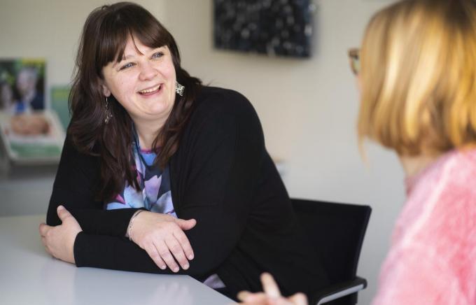 """Nathalie Van Hulle is sociaal werker bij Kind en Gezin. """"Ik haal veel voldoening uit de succesverhalen.""""© foto TVH"""