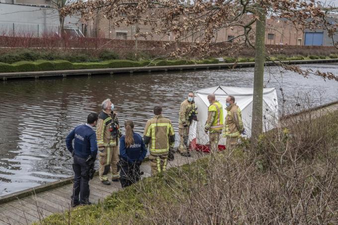 Een oudere vrouw werd dood uit het water van de Kleine Bassin gehaald.© SB