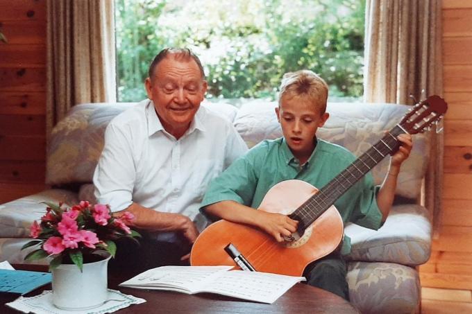 Bert Ostyn met grootvader Frans Delbeke.© gf