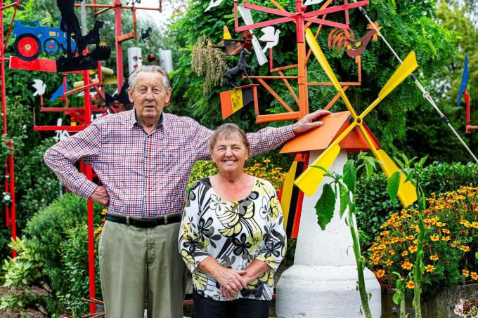 Gilbert Decock en zijn vrouw Jeannine trotseren de wind om ons de honderden molens in hun tuin te tonen.© JC