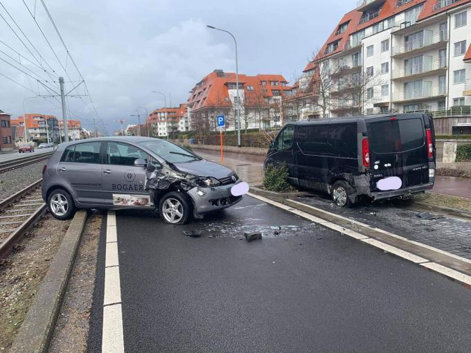 Beide voertuigen moesten getakeld worden.© BB