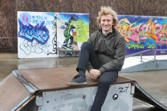 Lars, zelf een skater, zal als jeugdwerker geregeld op en om het Torhoutse skatepark te vinden zijn.©Johan Sabbe