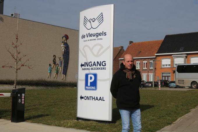 Algemeen directeur Bruno Vanbeselaere poseert bij de ingang van De Vleugels. (foto ACK)©type=