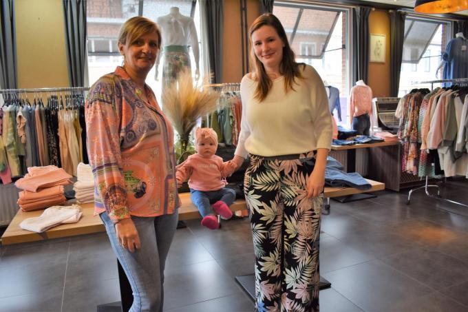 Anja Haerens, dochter Shana De Buysere en de kleine Marie in de pop-upwinkel in 't Garnituurke. (foto TVW)©TOM VAN HOUTTE