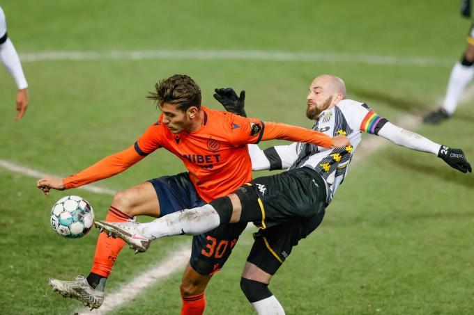 Club's Daniel Perez en Charleroi's Dorian Dessoleil strijden om de bal.©BRUNO FAHY BELGA