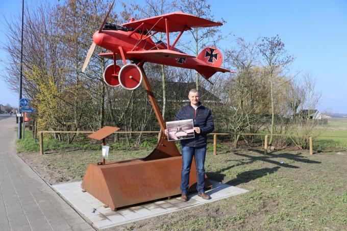 Lieven Vandecaveye pakt met trots uit met zijn Oorlogsboek Zwevezele-Wingene, waar onder andere vliegtuigpionier Victor De Jonckheere een belangrijk onderdeel van uitmaakt. (foto KDV)©Kim De Vos;Wingene