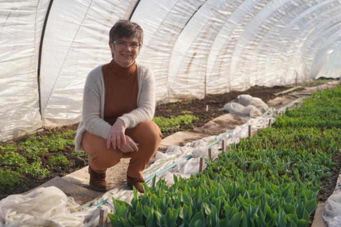 Martine Opsomer bij een tulpenperk in ontwikkeling. (foto Luc)