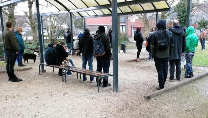 Enkele vrienden verzamelden er onder een afdakje.© TV