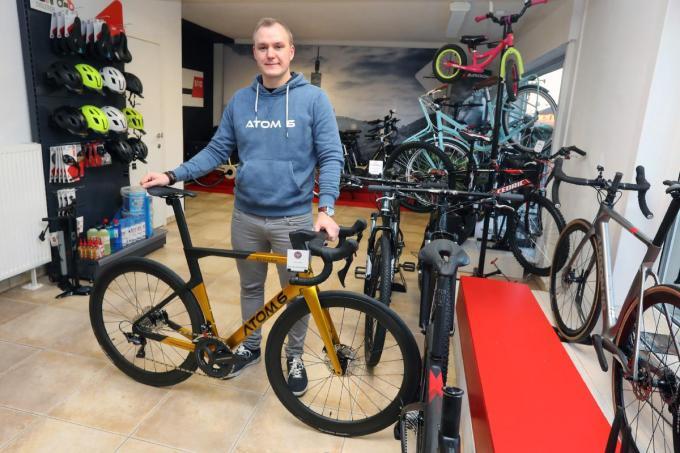 Alexander Labbe (32) in de nieuwe vestiging van zijn fietsenzaak Atom 6 aan de Rijksweg op de wijk Sint-Henricus. (foto JS)