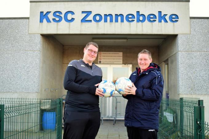 De twee broers Jasper (l) en Dieter Watteyne (r) beginnen aan een nieuw voetbalhoofdstuk bij SC Zonnebeke.© (Foto ZB)