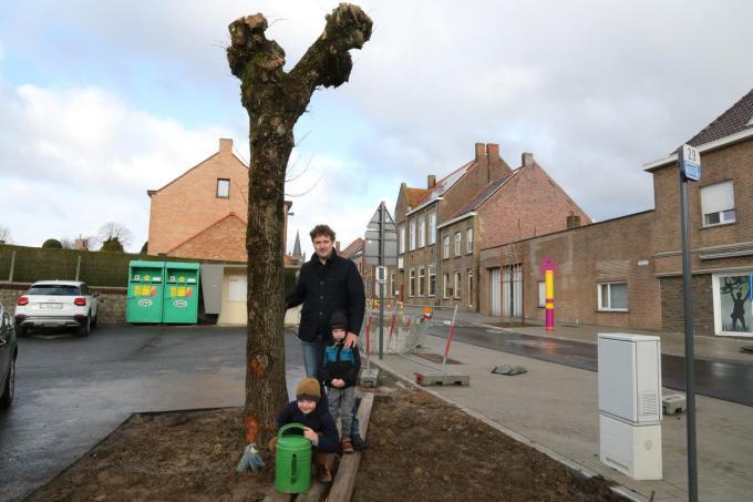 Koen Lahousse bij zijn geadopteerde boom samen met zijn kinderen Vic en Roel.© (Foto EF)