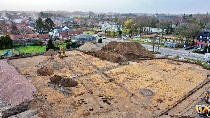 Het blootleggen van het tracé van de Romeinse heerweg tussen Antwerpen en Oudenburg is een primeur voor het archeologisch team van De Logi & Hoorne uit Adegem.© LV