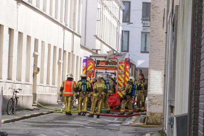 In een rijwoning in de Begijnhofstraat vatte een kookpot vuur. De brandweer kon de kookpot in geen tijd blussen.© Christophe Lefebvre