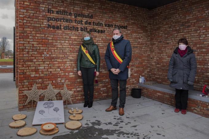 Begraafplaatsen krijgen stiltehoeken om coronaslachtoffers te herdenken, op de foto zie je schepen Loes Vandromme, burgemeester Christof Dejaegher en Carine Delangre.© MICHAEL DEPESTELE
