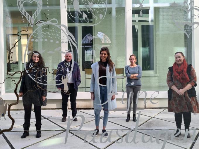Melissa Bertolino, burgemeester Eddy Lust, Deborah Depoorter, Melanie Nys en schepen Virginie Breye gaven maandag het startschot van de paasactie.© WO