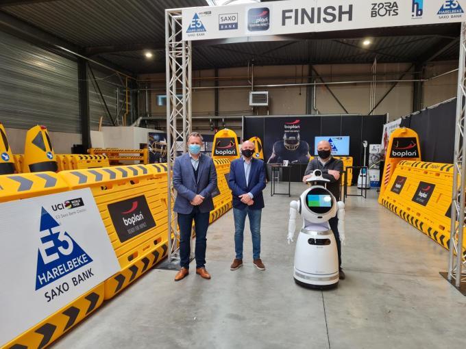 Xavier Ramon van Boplan, E3-woordvoerder Jacques Coussens en Fabrice Goffin van Zorabots stellen de robot voor.© PVH