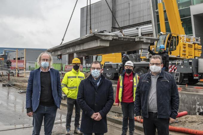 Jan Tyvaert, Dries Becelaere, Henk Kindt, Johan Clarysse en Koen Van Overberghe bij de eerste nieuwe weegbrug die dinsdag geplaatst werd.© Stefaan Beel