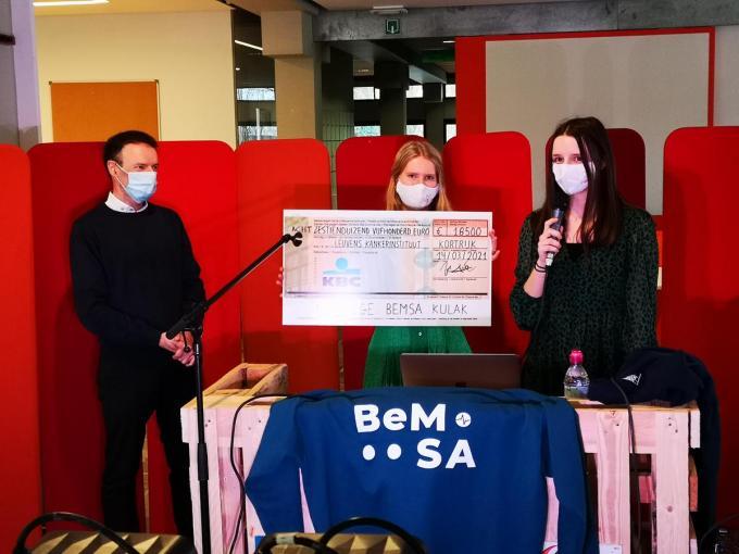 Professor Johan Swinnen, onderzoeker Leuvens Kankerinstituut (LKI) mocht de cheque in ontvangst nemen.© TV