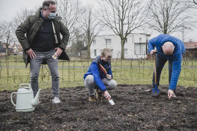 Ook kinderburgemeester Stach en vrijwilliger Martin Callens staken dinsdag de eerste zaadjes in de grond.© Olaf Verhaeghe