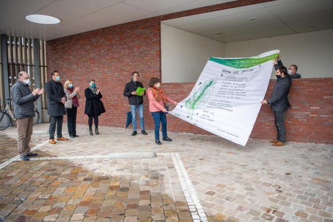 Vincent Vandommele (met groen mapje) liet een gedicht ontvouwen en las het voor.©Frank Meurisse Frank Meurisse