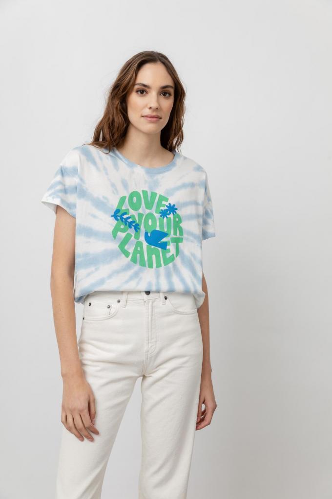 T-shirt gemaakt van gerecycleerd katoen (88 euro). Een kwart van de omzet gaat naar de Surfrider Foundation, een non-profitorganisatie die zich inzet voor schonere oceanen en stranden.© Andrea Matarrese